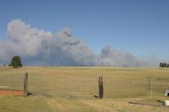 Coluna do fumo do incêndio violento imagem de stock