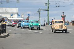 Coluna do ` soviético de Moskvich do ` dos carros de vários modelos na ponte do palácio A terceira parada retro anual do transpor Fotos de Stock Royalty Free