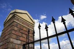 Coluna do tijolo & da pedra com trilhos do metal Imagens de Stock Royalty Free