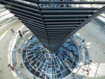 Coluna do vidro e dos espelhos dentro do parlamento de Berlim visto pelo alto germany imagem de stock royalty free
