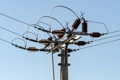 Coluna e fios bondes da alta tensão imagem de stock