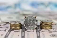 Coluna e moeda das moedas em cinco rublos de russo Fotografia de Stock