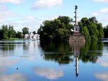A coluna e o pavilhão no lago em Pushkin estacionam fotografia de stock royalty free