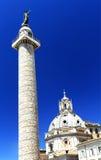 A coluna e a Santa Maria di Loreto Church de Trajan fotos de stock royalty free