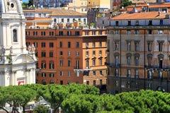 A coluna e a Santa Maria di Loreto Church de Trajan foto de stock