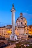 Coluna e Santa Maria di Loreto Church do ` s de Trajan na noite, foto de stock royalty free