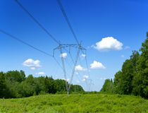 Coluna elétrica de madeira velha no campo, Imagem de Stock