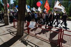Coluna festiva traduzida russo ` do 1º de maio - dia do ` da solidariedade do ` dos trabalhadores na perspectiva do demonstrat do Foto de Stock
