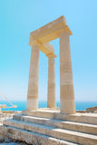Coluna grega famosa do templo contra o céu azul claro e mar em Grécia Foto de Stock
