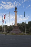 Coluna monumental com uma estátua do arcanjo Michael, consumidor da cidade de Sochi no verão do amanhecer Fotografia de Stock
