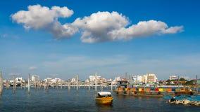 Coluna no céu azul do mar e na nuvem branca Fotos de Stock Royalty Free
