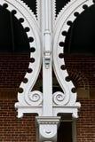 Coluna ornamentado na frente da parede e do indicador de tijolo Imagens de Stock