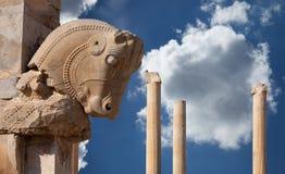 Coluna persa com capital de Bull contra o céu azul com as nuvens macias brancas de Persepolis de Shiraz em Irã Fotografia de Stock