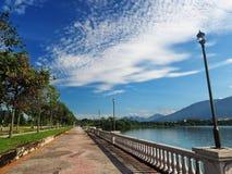 Coluna perto do lago Fotografia de Stock