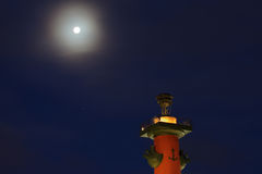 Coluna Rostral na noite St Petersburg, Rússia Foto de Stock