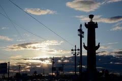 Coluna Rostral no por do sol, St Petersburg imagens de stock