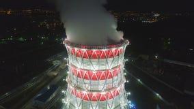 Coluna superior do vapor da vista sobre a torre refrigerando moderna no crepúsculo filme