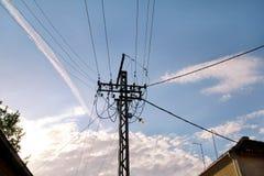 Coluna velha do fio bonde da linha elétrica com luzes felinos da rua contra o céu azul/polo de madeira das linhas elétricas Fotografia de Stock Royalty Free