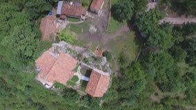 Coluna video aérea de Katskhi e a igreja ortodoxa nela, Geórgia vídeos de arquivo