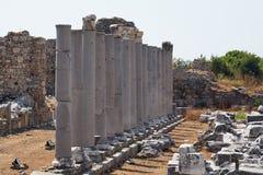 Colunas antigas no lado, Turquia imagem de stock