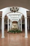 Colunas, arcos e pia batismal imagens de stock
