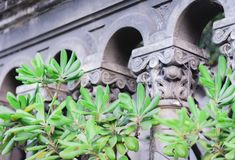 Colunas barrocos sicilianos do estilo - fragmento de uma construção antiga fotos de stock