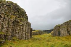 Colunas basálticas corroídas mar de Dverghamrar Imagens de Stock