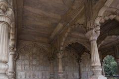 Colunas belamente cinzeladas no forte vermelho em Nova Deli, fotografia de stock
