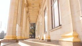 Colunas bonitas Edifício elevado Movimento lento Câmera no movimento Raios de Sun ucrânia kiev 11 07 18 parque VDNH vídeos de arquivo
