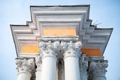 Colunas brancas com pórtico amarelo fotos de stock