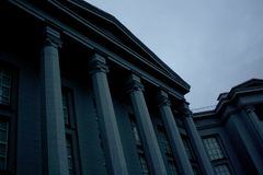 Colunas cinzentas da construção do museu imagens de stock