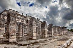 1000 colunas complexas no local de Chichen Itza contra o céu da tempestade Imagens de Stock