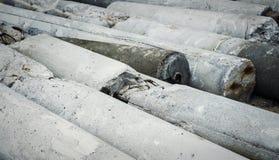 Colunas concretas na terra Estrutura concreta danificada Foto de Stock