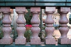 Colunas cor-de-rosa do granito fotografia de stock