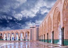 Colunas da arcada na mesquita de Hassan II em Casablanca, Marrocos Fotos de Stock Royalty Free