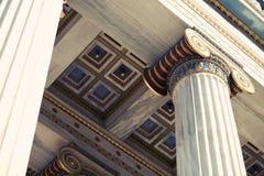 Colunas da coluna na academia de Atenas fotografia de stock