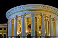Colunas da iluminação da noite do palácio de outubro imagens de stock