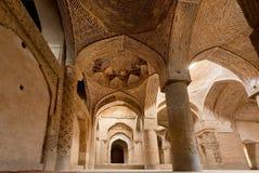 Colunas da mesquita histórica de Jameh de Isfahan, Irã Exemplo da cultura islâmica imagem de stock royalty free