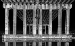 Colunas da passagem subterrânea da estrada Fotografia de Stock Royalty Free