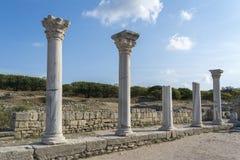 Colunas da sobrevivência da basílica em Chersonesos na Crimeia No fundo do céu azul imagens de stock royalty free