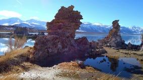 Colunas das torres do tufo da pedra calcária no mono lago em Califórnia - fotografia do curso video estoque