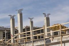 Colunas de apoio sob a construção em um canteiro de obras Imagens de Stock Royalty Free