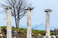 Colunas de m?rmore em um fundo das montanhas na cidade antiga de Perge perto de Antalya, Turquia imagens de stock royalty free