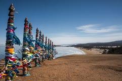 Colunas de madeira com fitas coloridas Foto de Stock Royalty Free