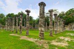 Colunas de mil guerreiros em Chichen Itza foto de stock royalty free