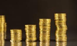 Colunas de moedas douradas Imagem de Stock