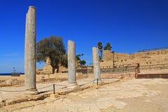 Colunas de mármore no parque nacional de Caesarea Maritima Imagem de Stock Royalty Free