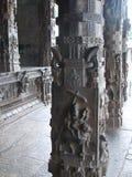 Colunas de pedra cinzeladas no templo hindu - arquitetura de Dravidian Fotografia de Stock