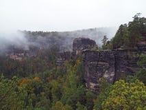 Colunas do arenito no parque nacional checo switzerland no au nevoento imagem de stock royalty free