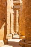 Colunas do grande Salão hipostilo no templo de Karnak imagem de stock